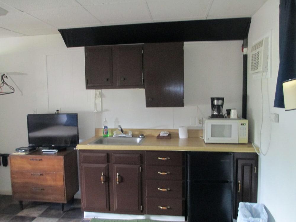 Bad Axe Motel Standard Room 2 Full Beds Kitchenette