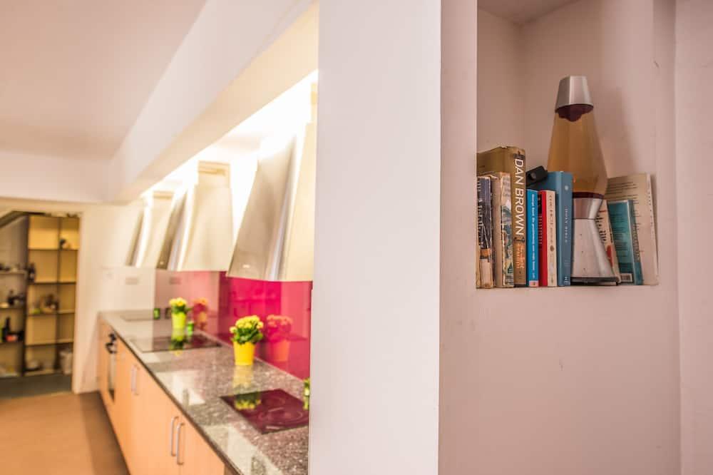 Gemeinsamer Schlafsaal, Gemischter Schlafsaal - Gemeinschaftlich genutzte Küchenausstattung