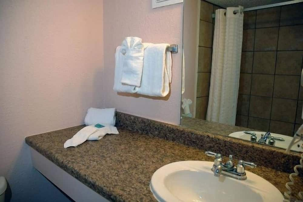 Basic Double or Twin Room, 2 Double Beds - Bathroom