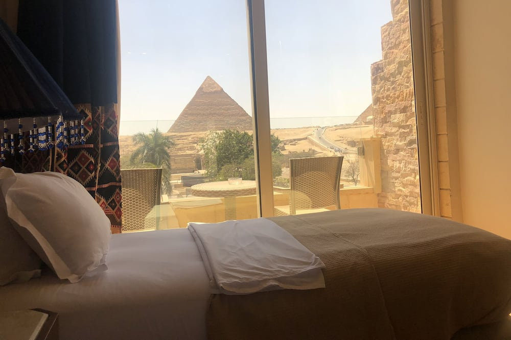 Double or Twin Room with Balcony and Pyramids View - غرفة نزلاء