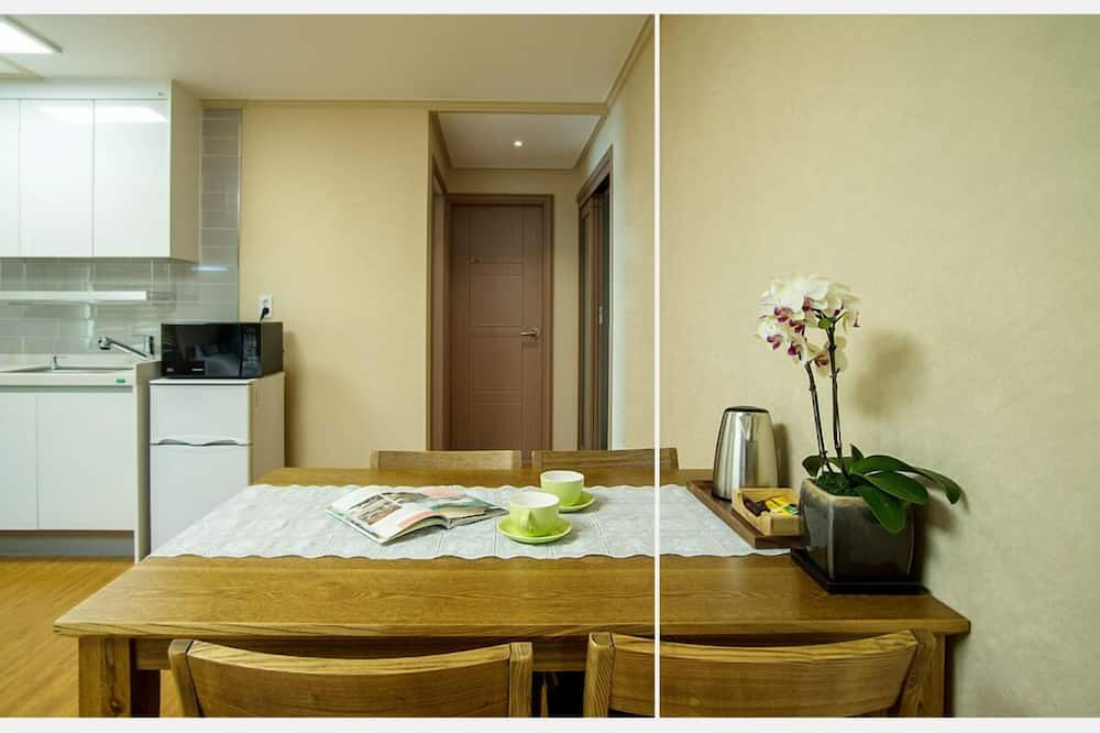 Basic Suite, 2 Bedrooms, Kitchenette, Partial Sea View - Living Area