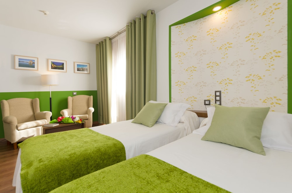 hotel apolo ainsa economy room 2 single beds guest room