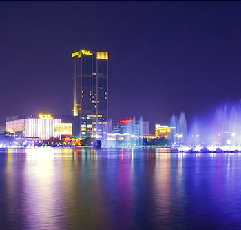 Naktsmītnes Golden Eagle Summit Hotel Yancheng attēls vietā Branson