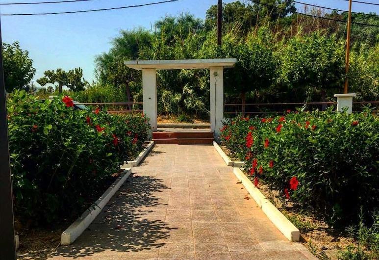 Paradise Studios, Rodas, Jardín