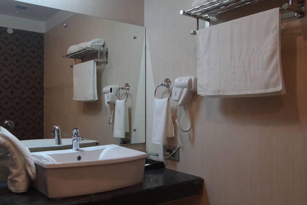Premier Double Room, 1 Queen Bed, Non Smoking, City View - Bathroom