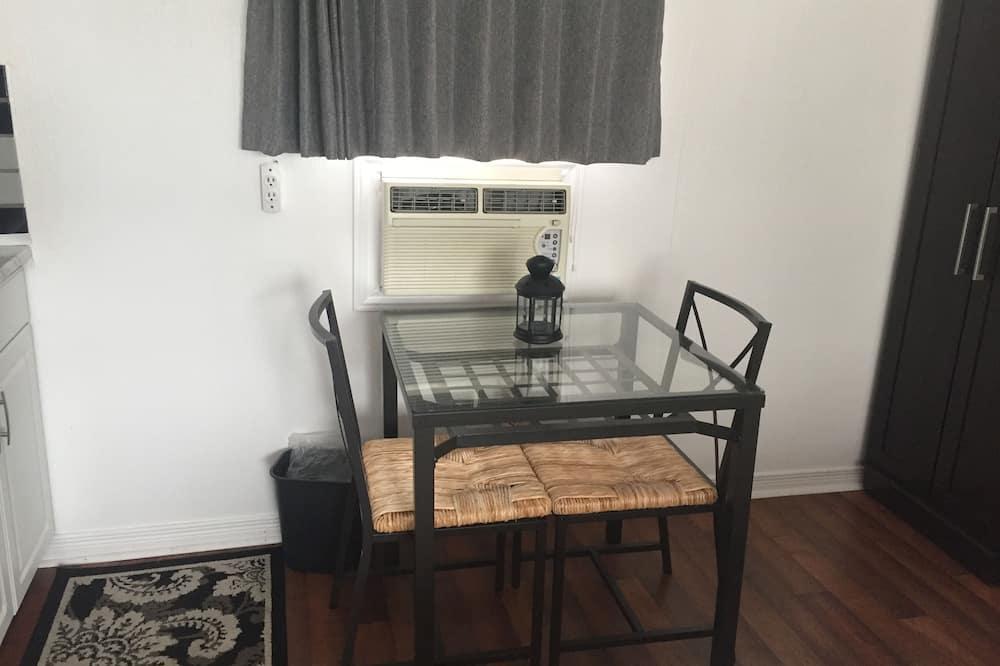 Habitación estándar, 1 cama Queen size con sofá cama - Servicio de comidas en la habitación