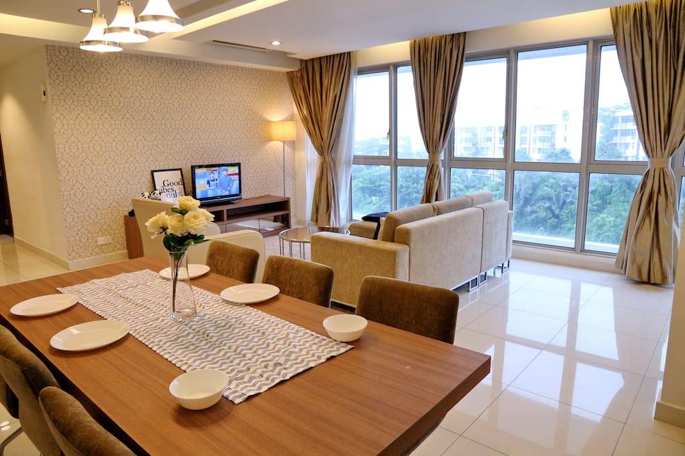 Deluxe szoba kétszemélyes ággyal, 2 hálószobával, konyha, kilátással a városra - Étkezés a szobában