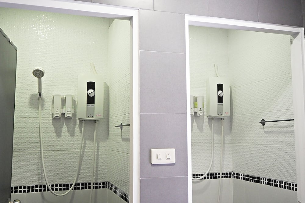 Family Room, 6 Bedrooms, Shared Bathroom - Bathroom