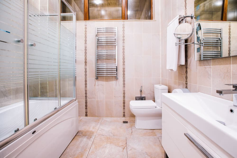 Liukso klasės kambarys, 1 labai didelė dvigulė lova ir sofa-lova, karšta vonia - Vonios kambarys