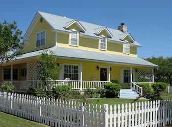 Picture of Yellow House Bed and Breakfast in Salado
