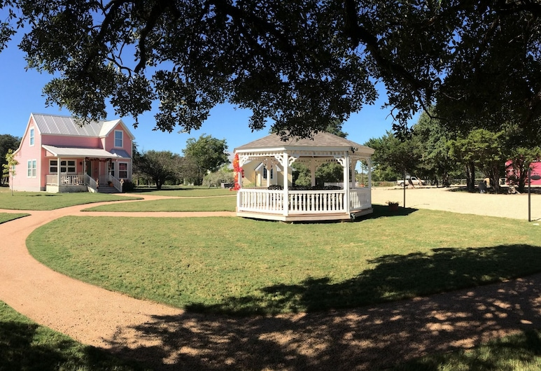Yellow House Bed and Breakfast, Salado, Property Grounds