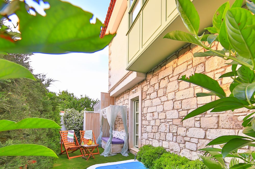 Garden Deluxe Suite with Terrace, Fireplace and Jetted Tub - Private pool
