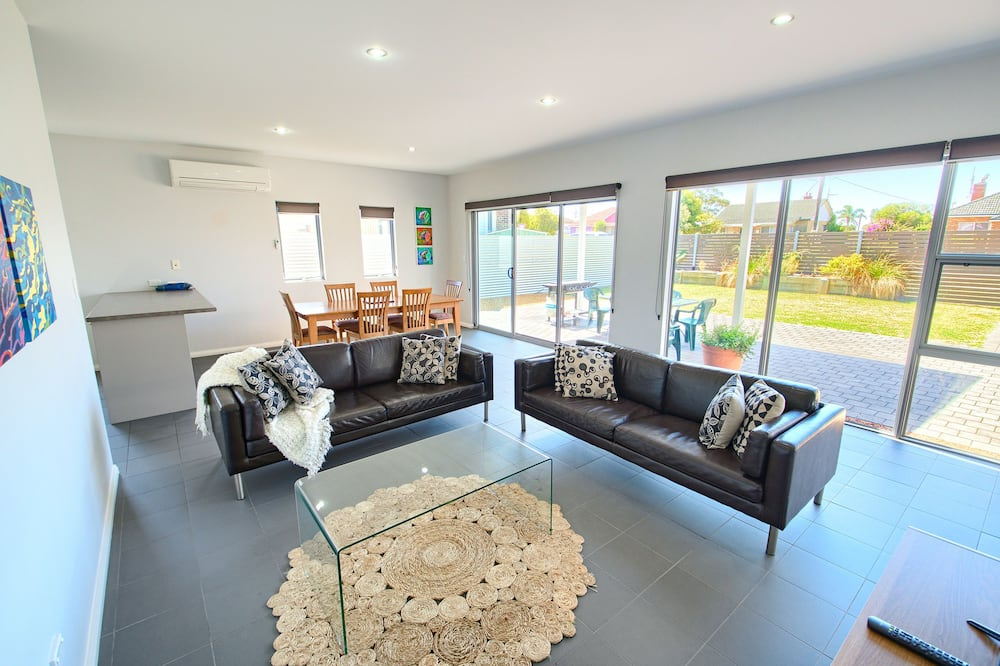 House, 3 Bedrooms, Accessible - Living Room