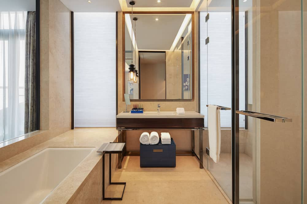 Club Suite, 1 King Bed, Non Smoking - Bathroom