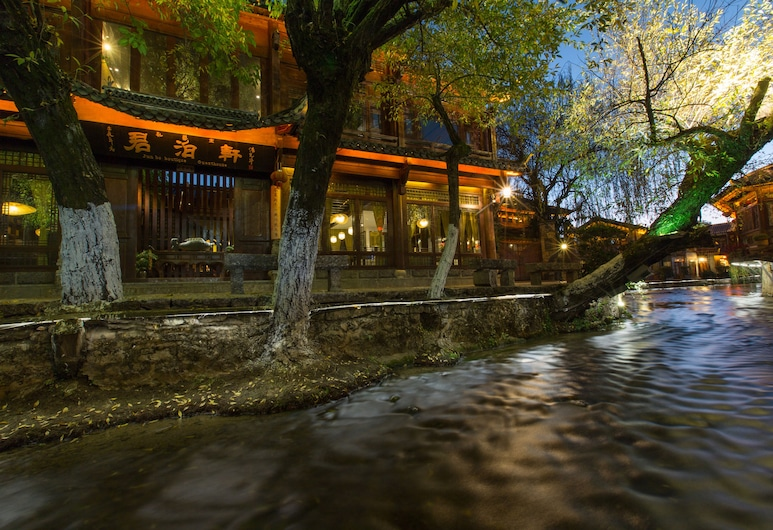 Lijiang Hotel JunPoXuan, Lijiang, Otelin Önü - Akşam/Gece