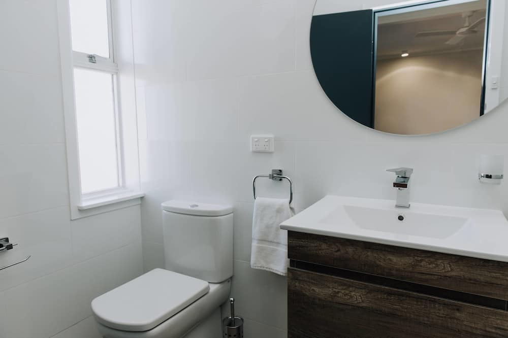 Deluxe Queen Single with Ensuite Bathroom - Bathroom
