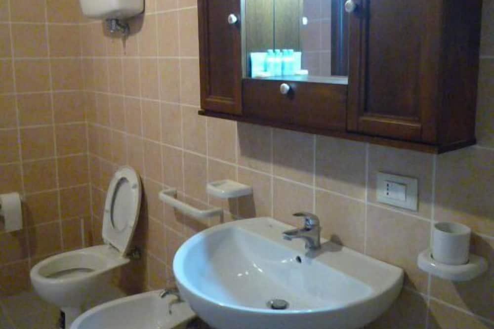 Četverokrevetna soba - Umivaonik u kupaonici