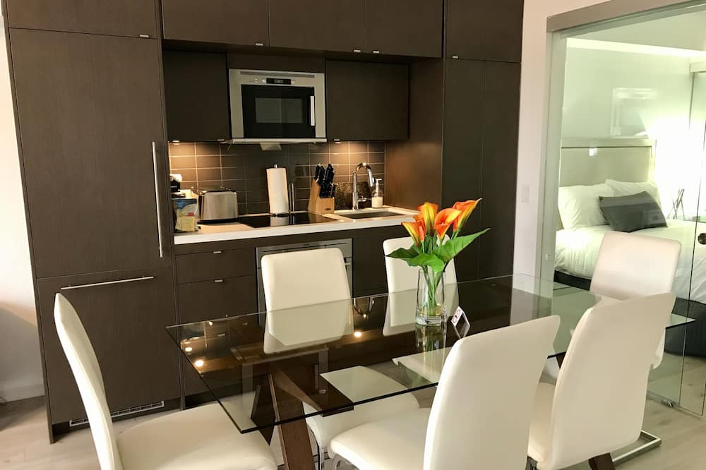 Superior Suite, 2 Bedrooms, Kitchen, City View - In-Room Dining