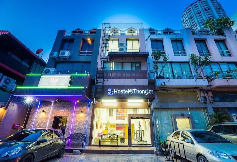 Hostel At Thonglor, Bankokas, Viešbučio fasadas vakare / naktį