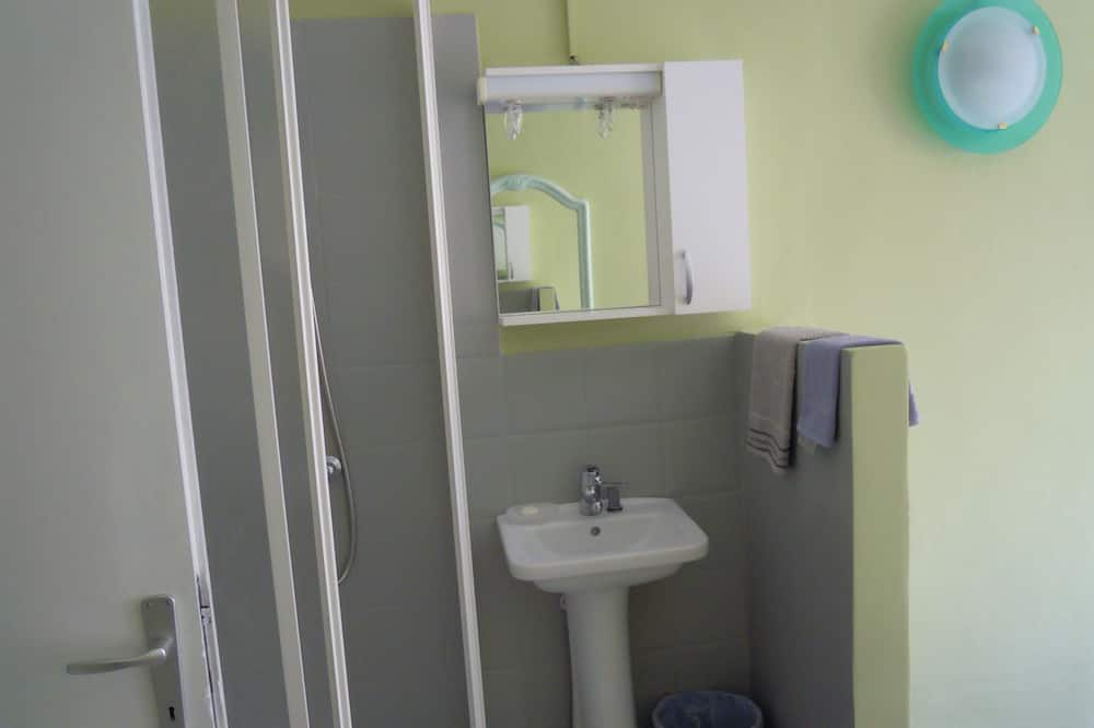 Classic Double Room, 1 Bedroom, Non Smoking, City View - Bathroom Shower