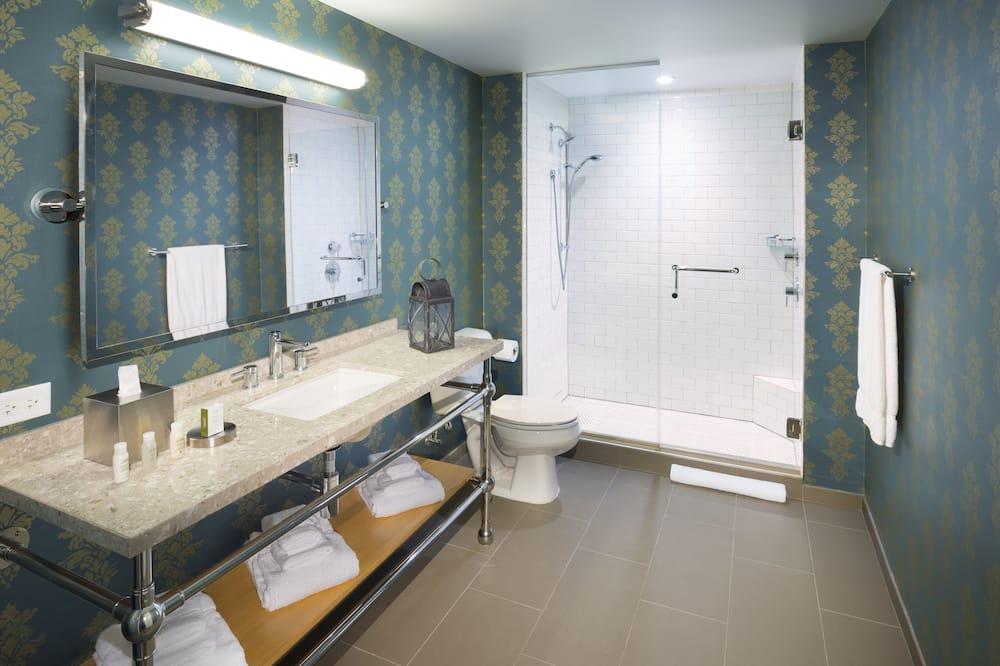 Premium Room, 1 King Bed, Courtyard View, Corner (Top Floor) - Bathroom