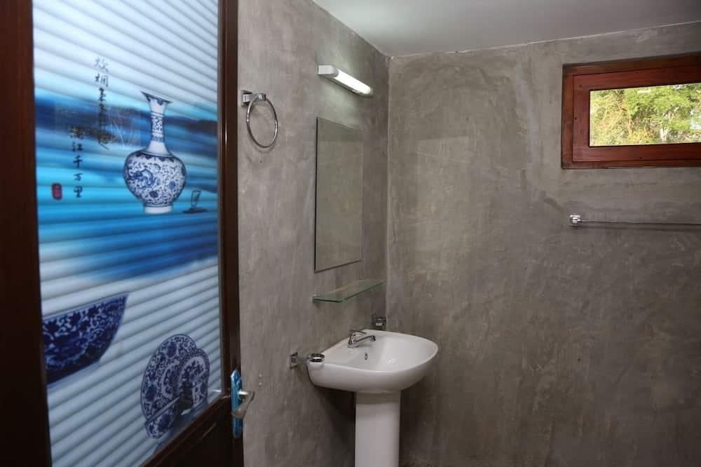 Liukso klasės dvivietis kambarys, 1 labai didelė dvigulė lova, vidinis kiemas - Vonios kambario kriauklė