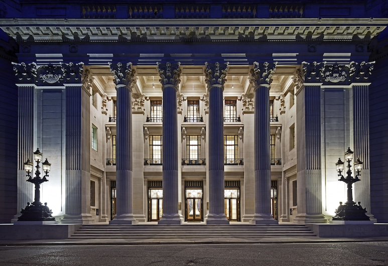 Four Seasons Hotel London at Ten Trinity Square, London, Hotelfassade am Abend/bei Nacht