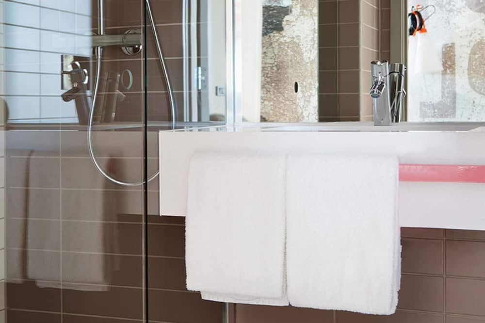 Standardzimmer, Mehrere Betten, Nichtraucher (2 Single and 2 Person Sofa Bed) - Badezimmer
