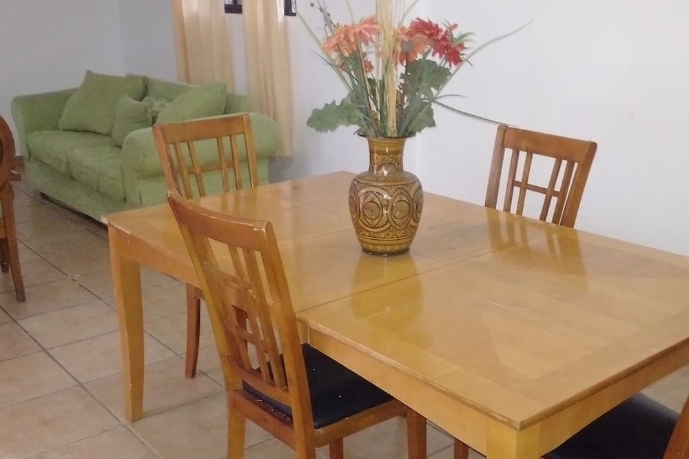 Standard Apartment, 2 Queen Beds, Garden View - Living Room
