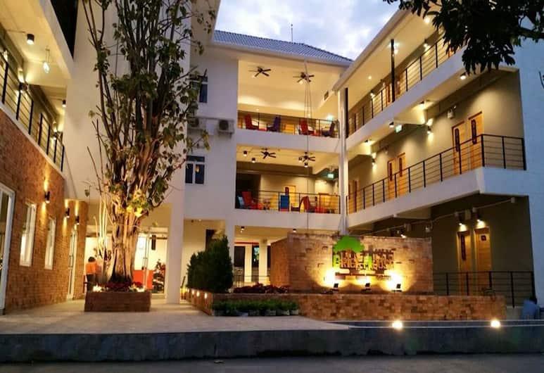 磚之家青年旅舍, 清邁, 酒店入口 - 夜景