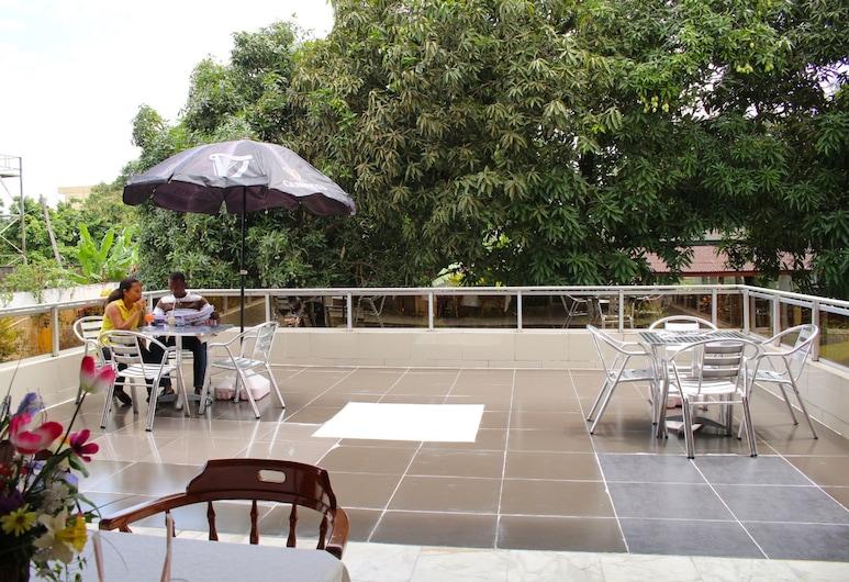 Embassy Suites Hotels & Restaurant, Monrovia, Terrasse/patio