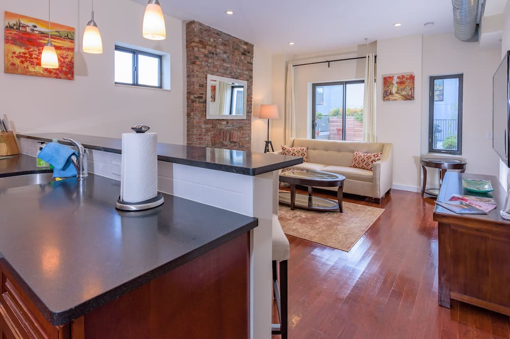 Luxury Apartment, 3 Bedrooms, Patio - Living Area