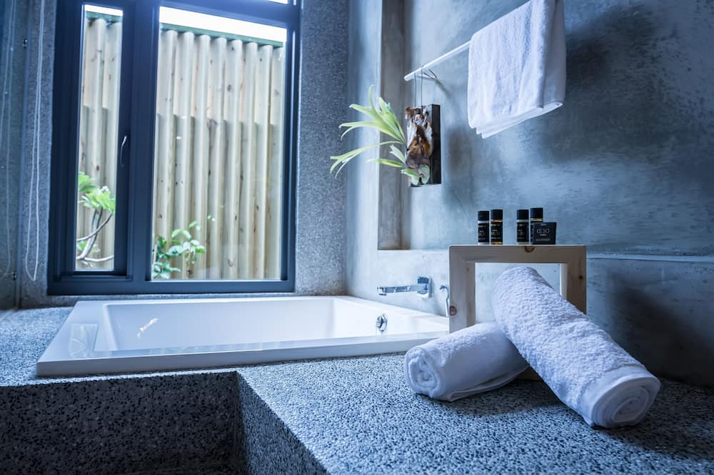 ห้องคอมฟอร์ทดับเบิล, อ่างอาบน้ำ, ชั้นล่าง - อ่างอาบน้ำ