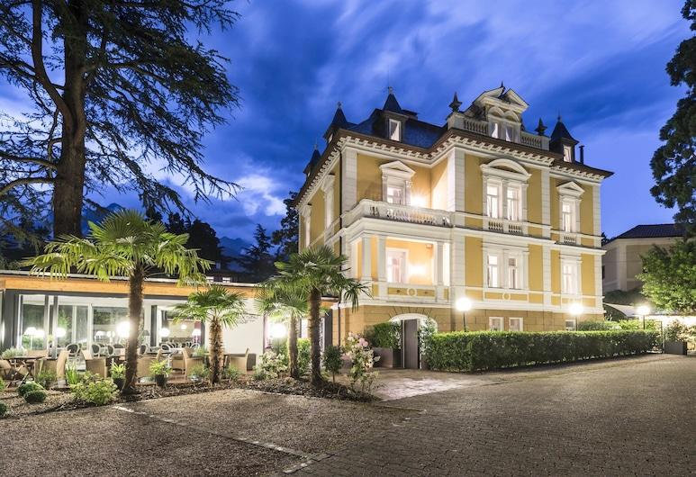 Villa Helvetia, Merano, Majoitusliikkeen julkisivu illalla