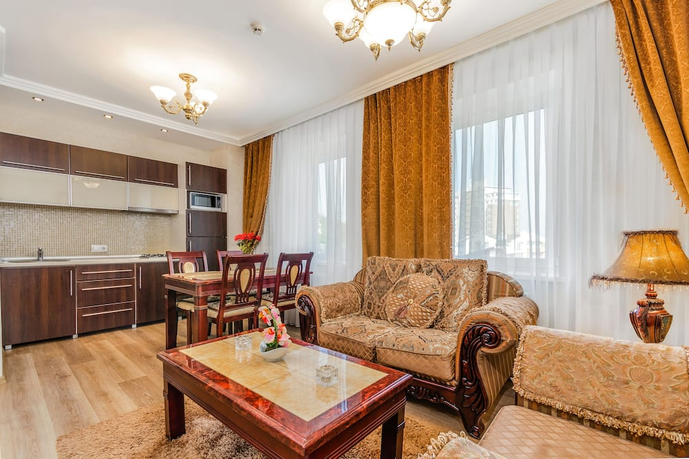 Deluxe Apartment, 2 Bedrooms, Kitchen, Executive Level - Living Room