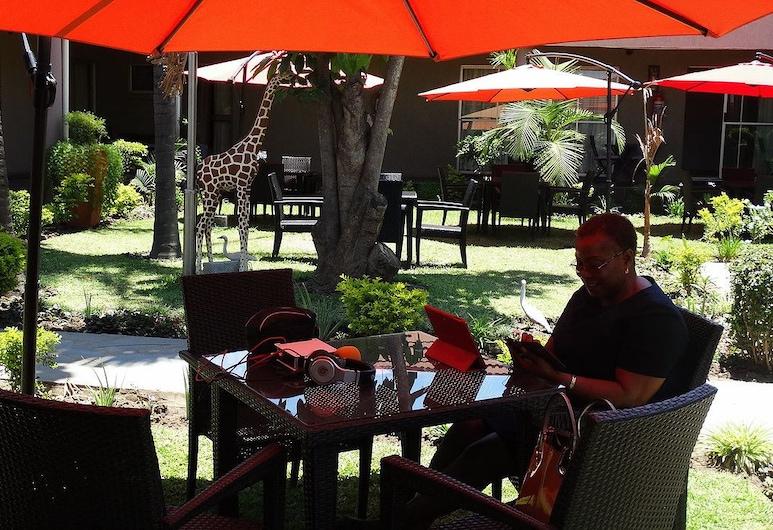 Nomads Court Lodge, Lusaka, Dinerruimte buiten