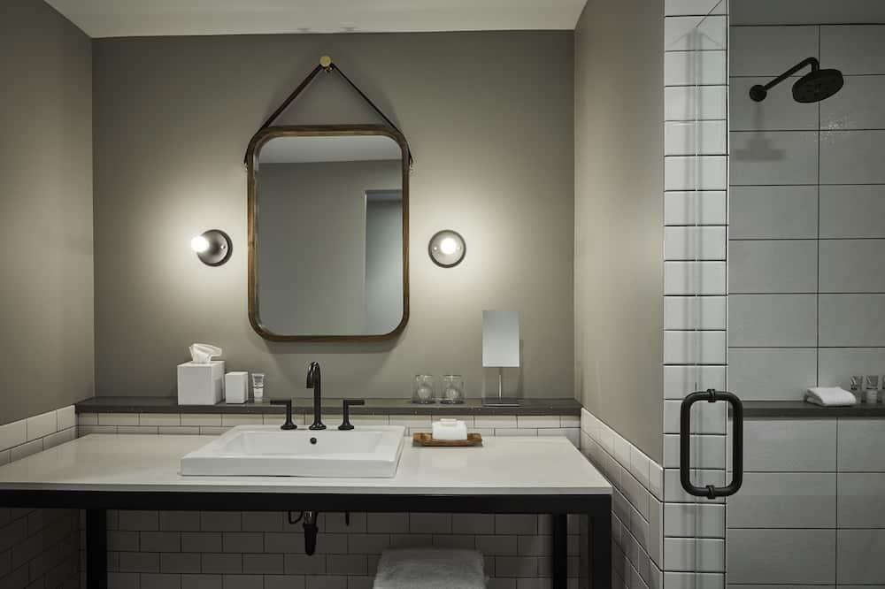 Deluxe Room, 1 King Bed - Bathroom
