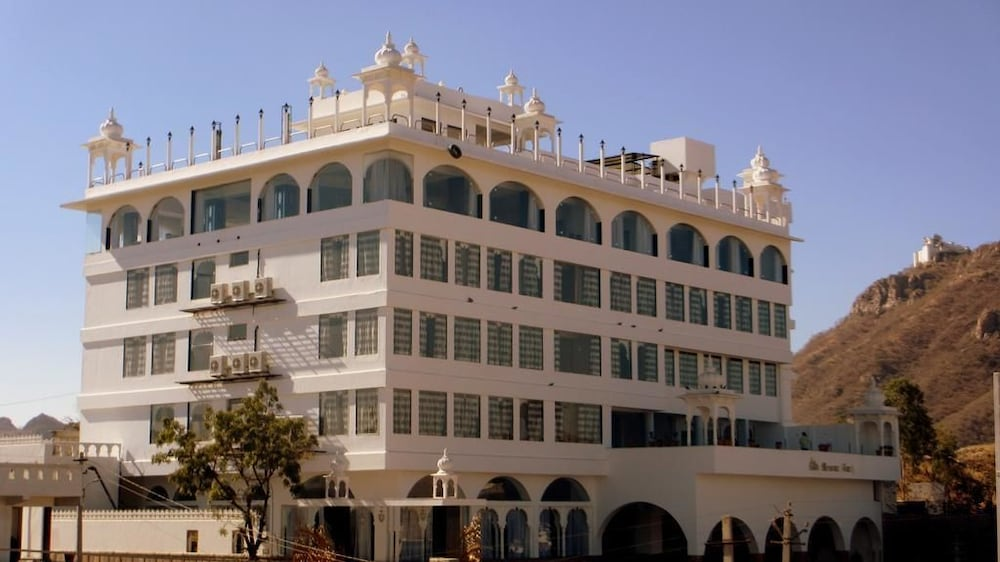 Book mewargarh red tullip hotels udaipur in udaipur for Hotel in udaipur with swimming pool