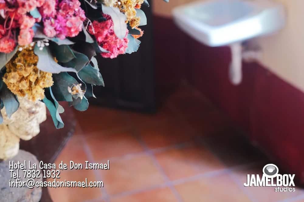 Kambarys su patogumais, bendras vonios kambarys, vaizdas į sodą - Vonios kambarys