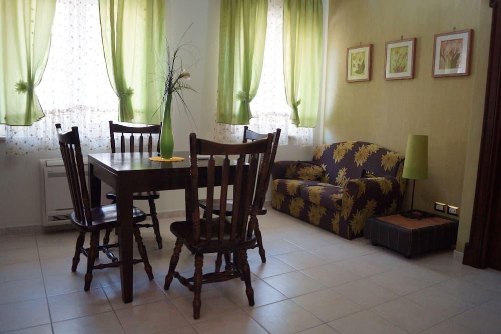 Familienapartment, 1 Schlafzimmer, Küche, zum Innenhof hin - Wohnbereich