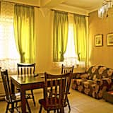 Familienapartment, 1 Schlafzimmer, Küche, zum Innenhof hin - Wohnzimmer