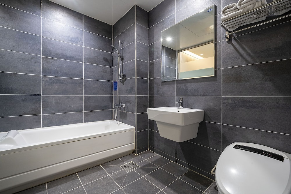 Standard Twin Room for 3 person (Rear View) - Bathroom