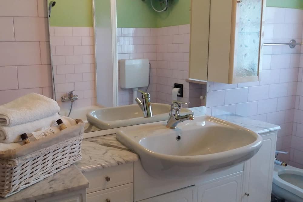 غرفة مزدوجة أو بسريرين منفصلين - بحمام مشترك - حوض الحمام