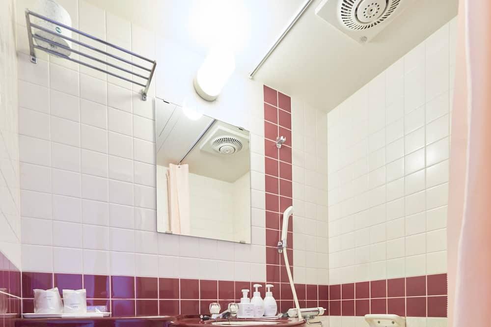 Двухместный номер с 1 двуспальной кроватью, 1 широкая односпальная кровать, для курящих - Ванная комната