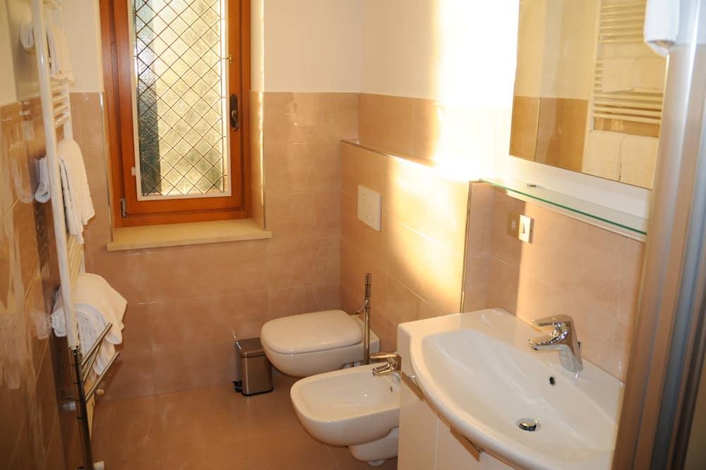 Doppelzimmer, mit Bad, Hügelblick - Badezimmer