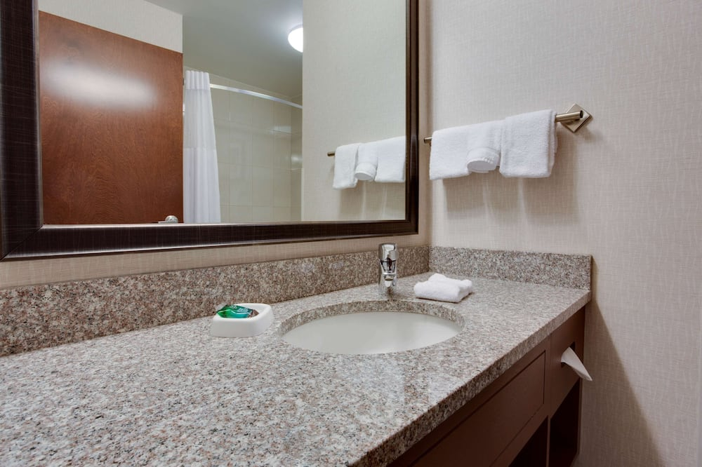 Номер «Делюкс», 2 двуспальные кровати «Квин-сайз», холодильник и микроволновая печь (Upper Floor) - Ванная комната