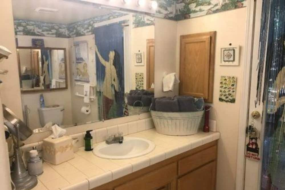 Dom typu Deluxe, 1 veľké dvojlôžko, súkromná kúpeľňa, výhľad na záhradu - Kúpeľňa