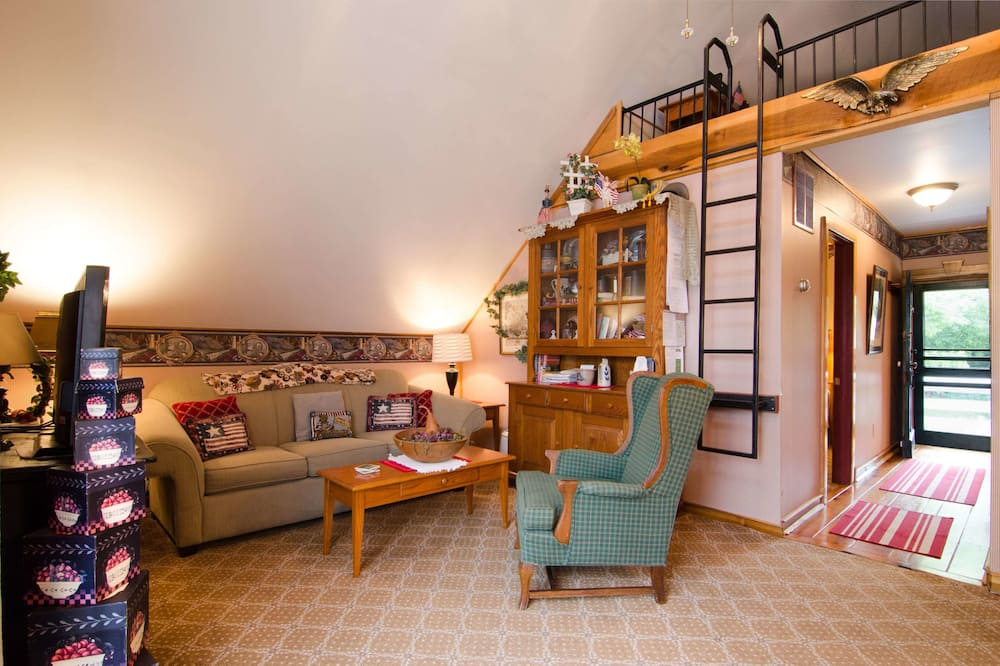 Carriage House Suite (Stationary Ladder to Loft with Dbl Bed. Air Mattress in Living Room) - Living Area
