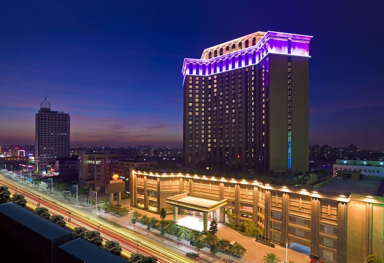 Huilihua Hotel, Dongguan, Hotellets facade - aften/nat