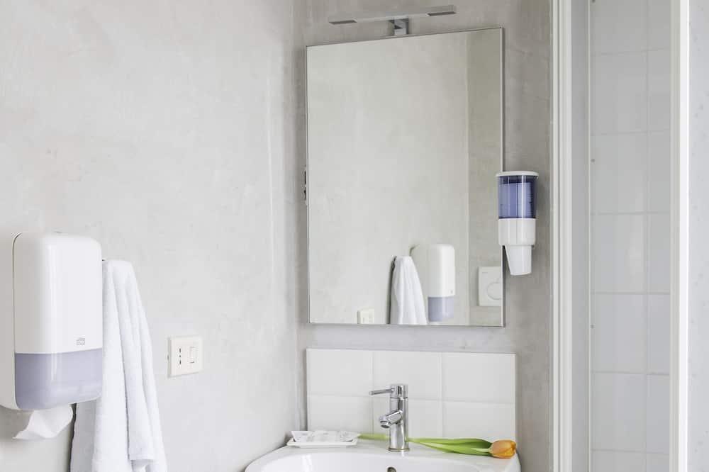 Chambre Triple (Private External Bathroom) - Salle de bain